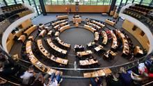 Abgeordnete und Regierung sitzen im Thüringer Landtag in Erfurt