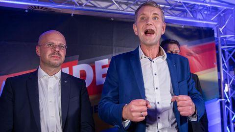 Björn Höcke (r.), Spitzenkandidat der AfD bei der Landtagswahl in Thüringen, und Andreas Kalbitz (l.) , Landesvorsitzender der AfD in Brandenburg stehen bei der Wahlparty der AfD in Erfurt auf der Bühne