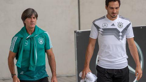 Joachim Löw und Mats Hummels vor einer Trainingseinheit des DFB-Teams