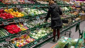 Eine Gemüseabteilung in einem Supermarkt