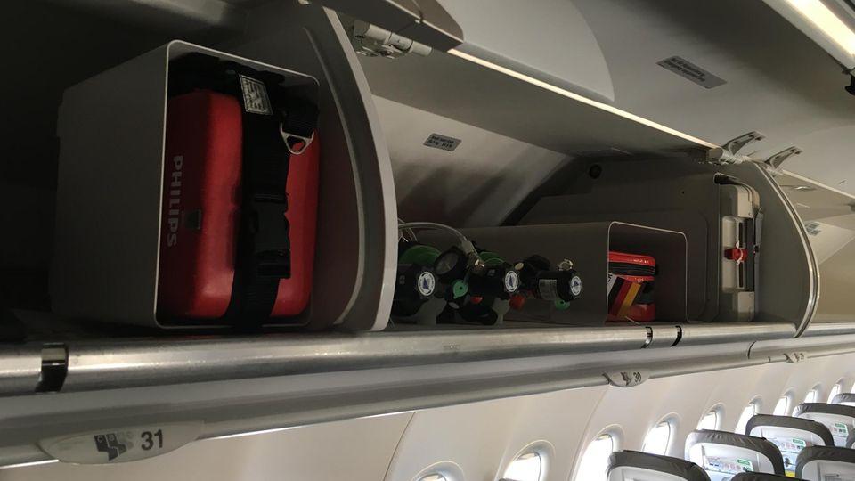 Sauerstoffflaschen, Verbandszeug, Adrenalinspritzen und sogar ein Defibrillator – alles ist an Bord