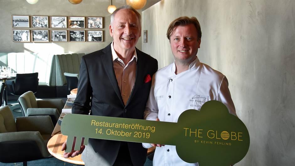 Karl J. Pojer und Kevin Feling mit symbolischen Restaurantschlüssel