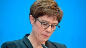 Annegret Kramp-Karrenbauer will erst im nächsten Jahr über die Kanzlerkandidatur entscheiden lassen