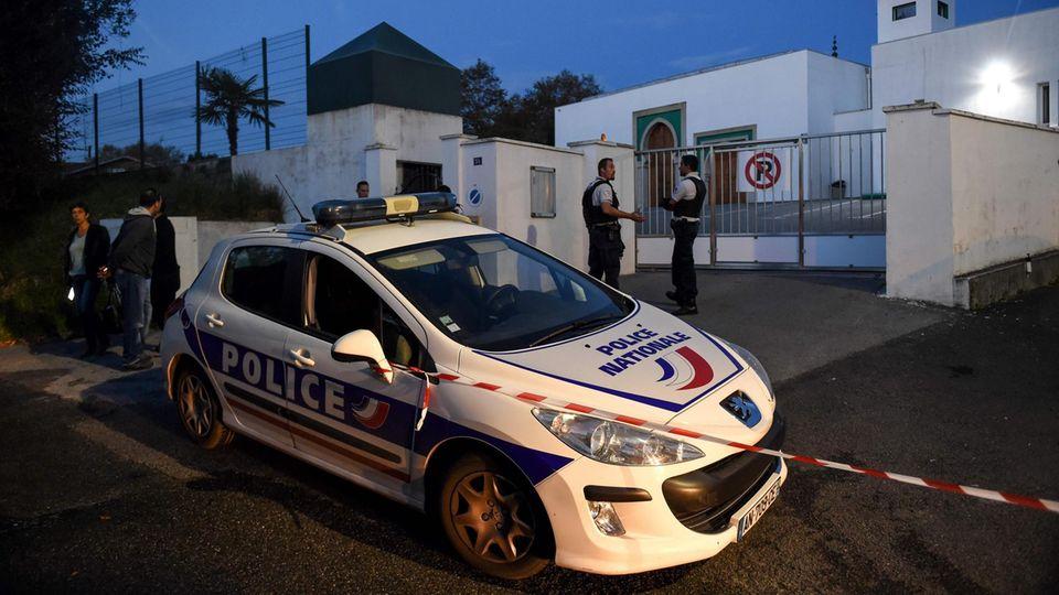 Nach den Schüssen auf zwei Gläubigebewachte die Polizei die Moschee in Bayonne im Südwesten Frankreichs