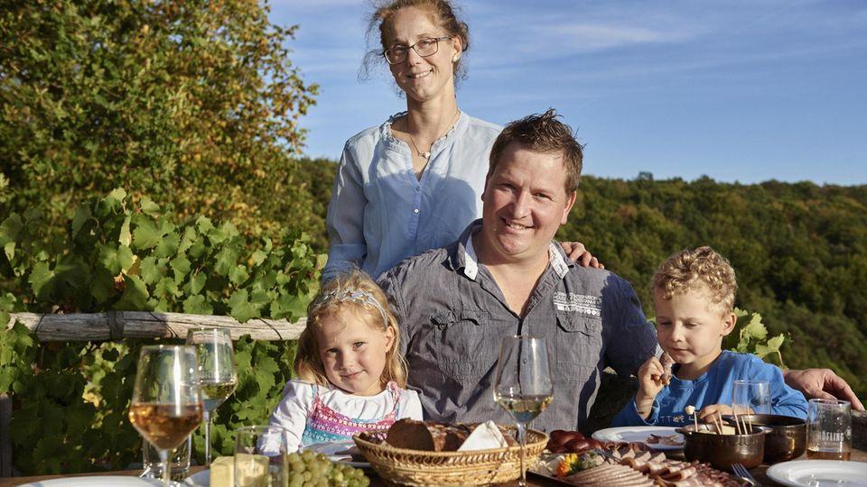 Klaus Höfling mit Frau Miriam, Tochter Marietta und Sohn Matteo bei der Jause vor seinem Weinberghäuschen.