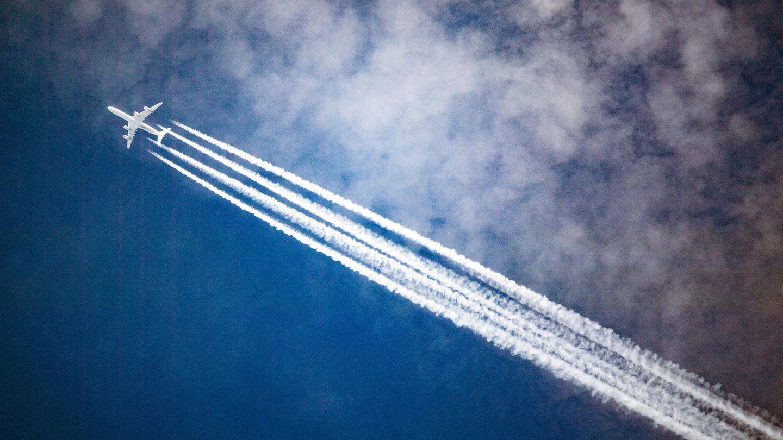 Flugzeug mit Kondenzstreifen