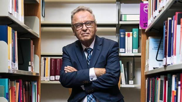 Hans-Jürgen Papier in der Bibliothek der juristischen Fakultät der LMU, München