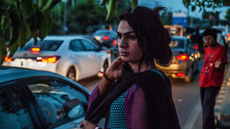 Eine junge Transgender-Frau bettelt an einer Straße