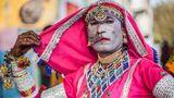 Eine Transgender-Frau tanzt in traditioneller Kleidung