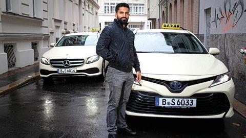 Wallat Jaleen vor seinen beiden Hybridautos