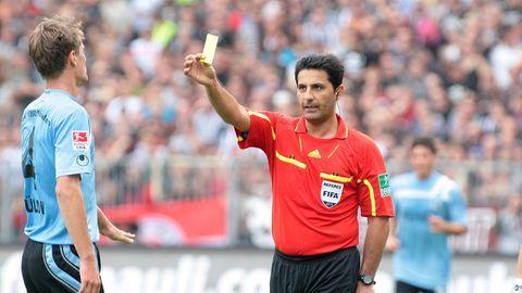 Babak Rafati verwarnt Kai Bülow vom TSV 1860 München mit einer Gelben Karte