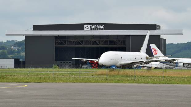 Bild 1 der Fotostrecke zum Klicken: Selbst die Triebwerksgondeln sind bereits demontiert: EinAirbus A380, der zehn Jahre für Singapore Airlines im Einsatz war, wird am Rande des Flughafens von Lourdes-Tarbes in Südfrankreich in seine Einzelteilezerlegt.