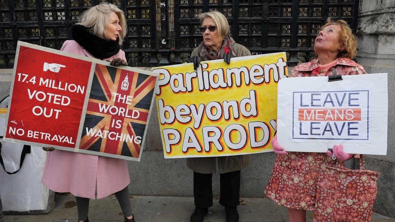 Pro-Brexit-Demonstrantenzeigen ihre Plakate vor dem Parlament
