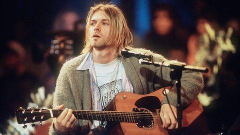 Kurt Cobain singt und spielt auf einer akustischen Gitarre bei MTV Unplugged