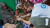 Somalia: Der Krankenpfleger Philippe Valentin untersucht Muqtaav