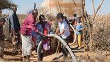 Krankenpfleger Dirk Schumann hilft bei der Wasserverteilung in den Dörfern und Lagern in Somalia