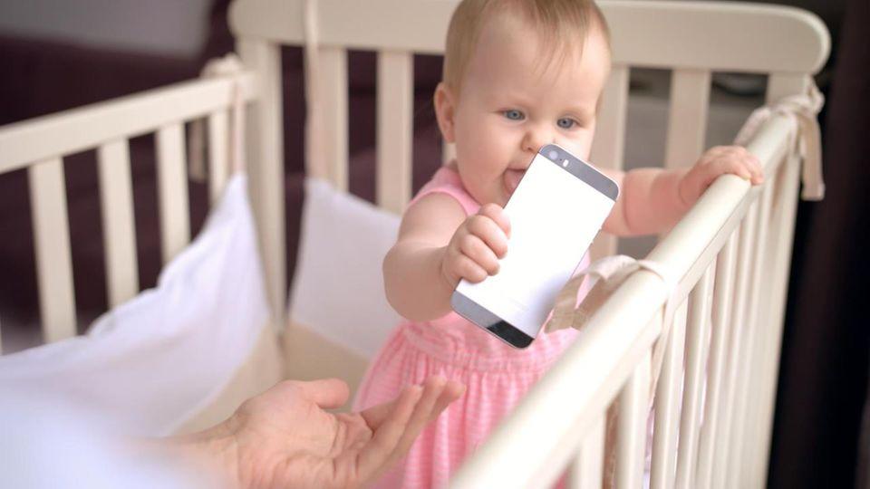 """Mediennutzung bei Kindern: """"Kein Handy vor elf Jahren!"""" Chef des Kinderärzte-Verbands schlägt Alarm"""