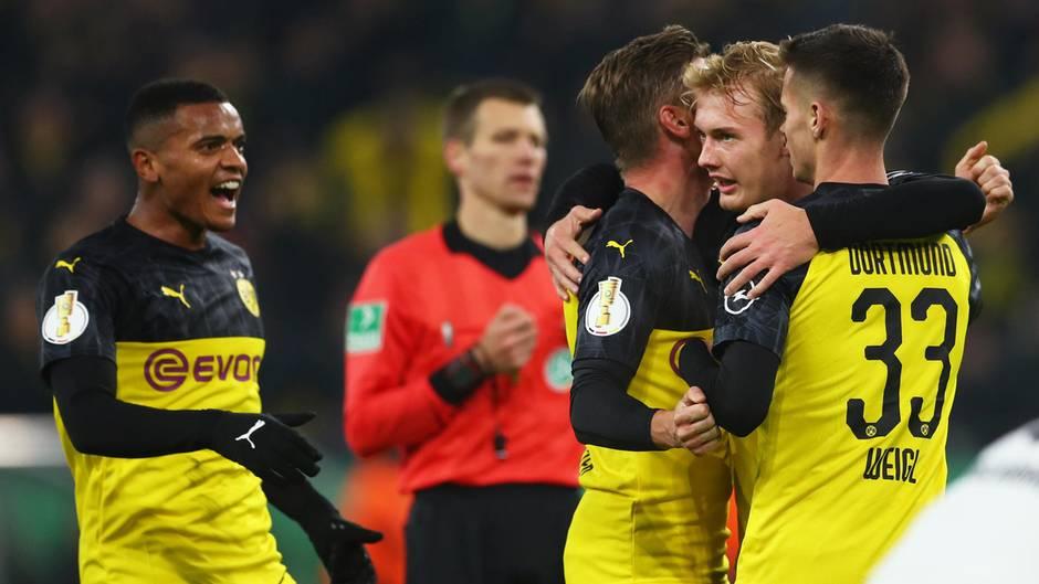Julian Brandt wird von Mario Götze und Julian Weigl geherzt. Zu Recht: Er drehte die Partie Partei gegen Gladbach durch zwei Tore fast im Alleingang