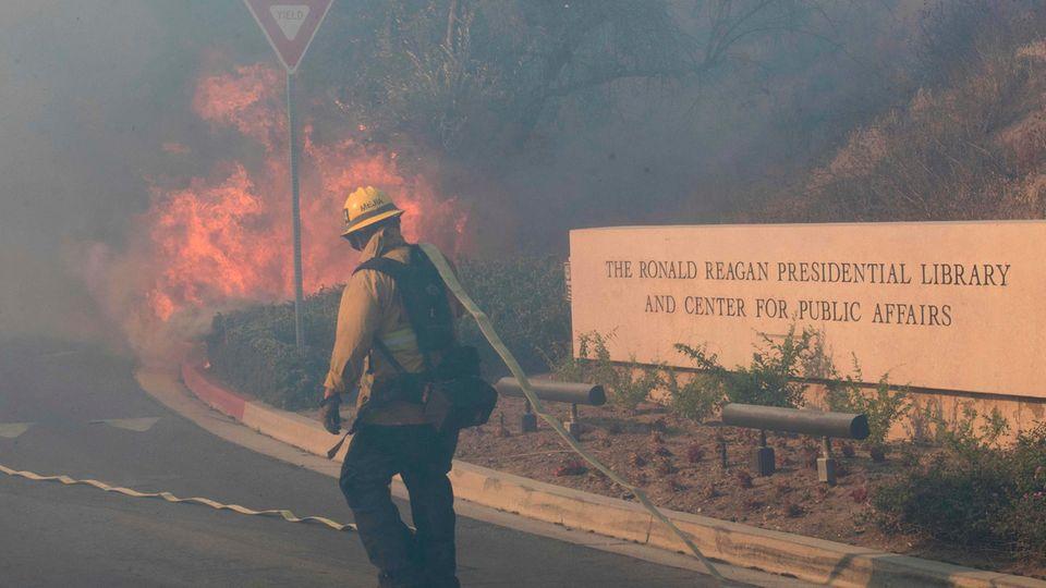 Flammen auf dem Gelände derRonald-Reagan-Bibliothek in Simi Valley in Kalifornien