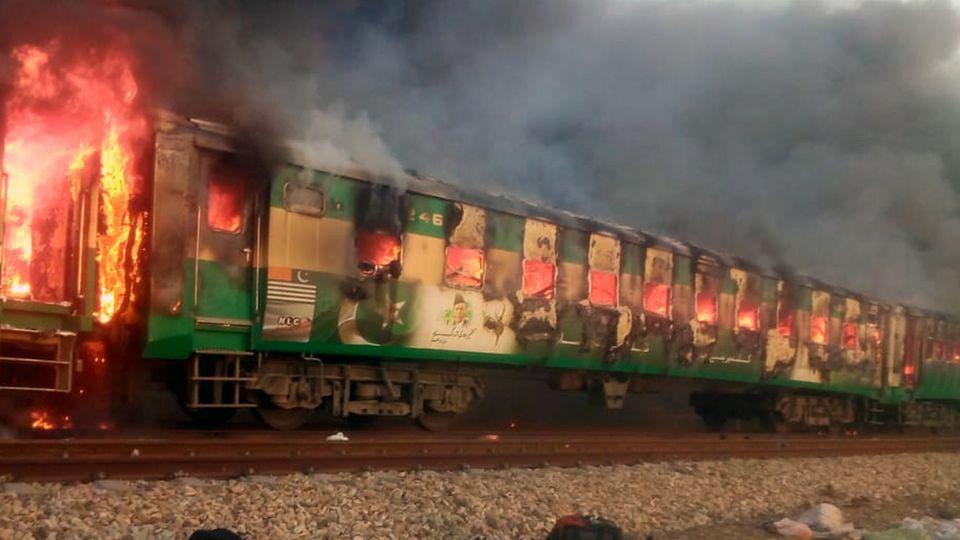 Handyaufnahmen zeigten, wie mehrere Waggons lichterloh in Flammen standen