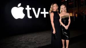 Jennifer Aniston und Reese Witherspoon vor dem Apple TV+ Logo
