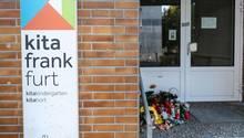 Vor der Kita, in der ein Sechsjähriger wohl einen tödlichen Stromschlag erlitten hat, haben Menschen Blumen und Kerzen abgelegt