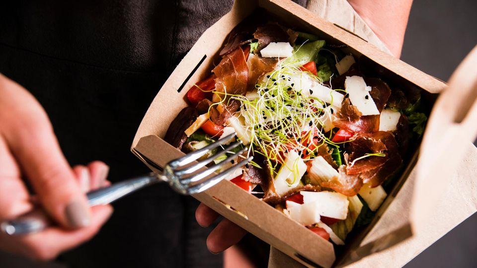 Take-Away-Essen in einer Pappschale