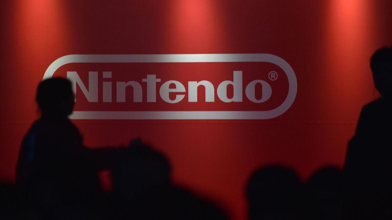 Menschen vor dem Nintendo-Logo. Die Nintendo Switch gehört zu den erfolgreichsten Konsolen des Unternehmens.