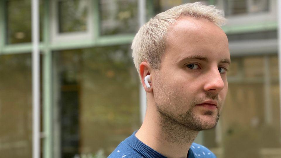Mann mit AirPods Pro im Ohr