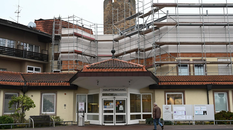 """Der Haupteingang der Klinik """"Hospital zum Heiligen Geist"""" in Fritzlar, Hessen"""