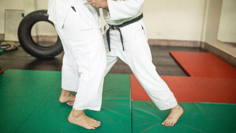 Judokampf auf grüner Matte
