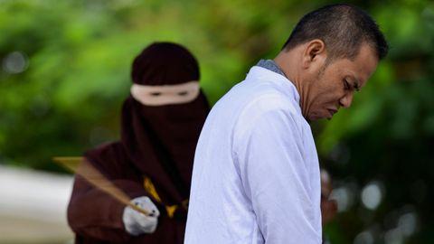 Im indonesischen Provinz Aceh wurde ein Mann öffentlich ausgepeitscht