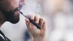 Todesfälle in den USA: Ein junger Mann benutzt eine E-Zigarette