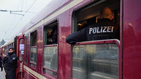 Nachrichten aus Deutschland: Polizisten durchsuchen in Kamen einen Zug
