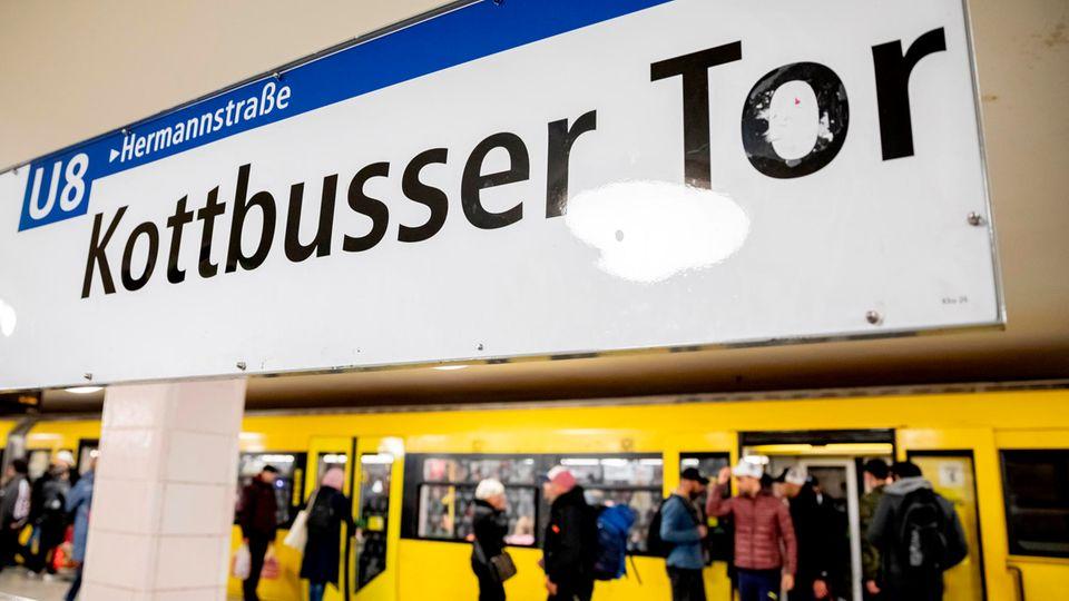 Eine U-Bahn der Linie 8 steht im Bahnhof Kottbusser Tor, während Fahrgäste ein- und aussteigen