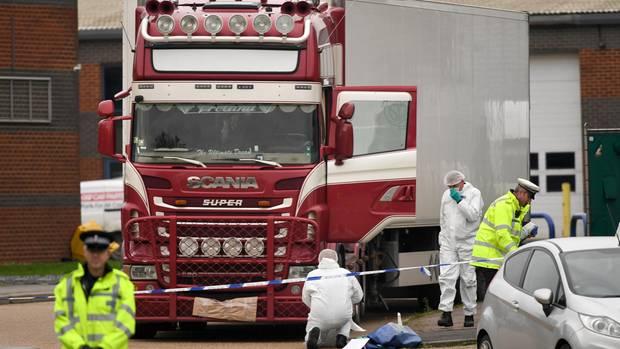 Ermittler untersuchen eine Lkw, in dem die Leichen von 39 Personen gefunden wurden