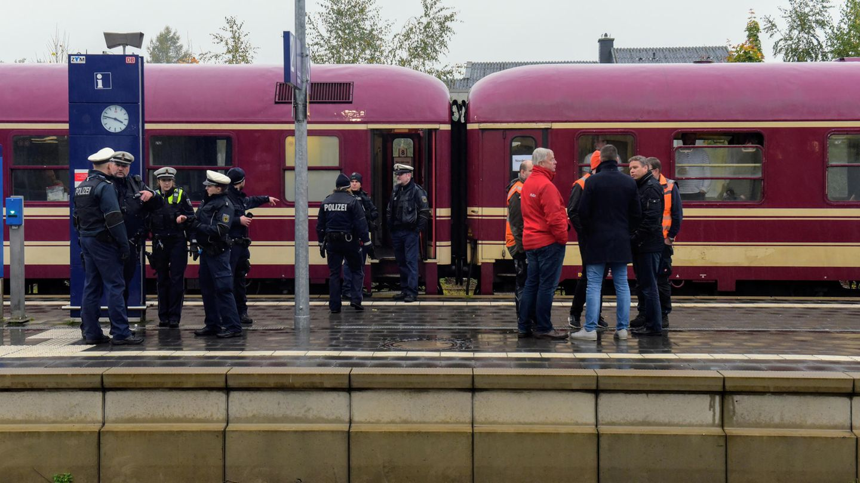 Ein Zug steht auf dem Bahnhof in Greven, nachdem er dort von der Polizei gestoppt wurde.