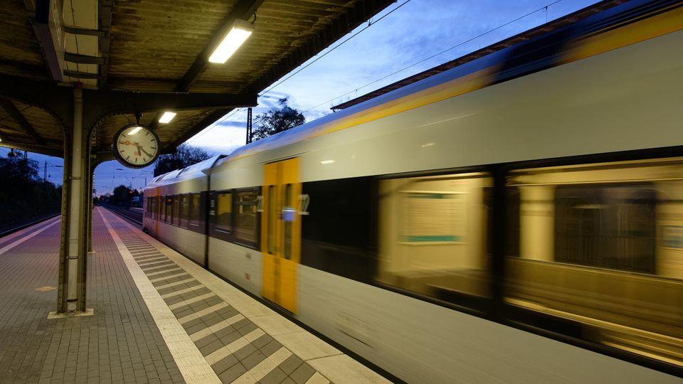 Ein Zug fährt durch den Bahnhof Kamen.