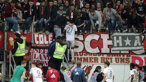 Nach der 1:5-Niederlage gegen Eintracht Frankfurt nähern sich Spieler des FC Bayern München dem eigenen Fanblock