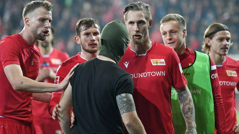 Mehrere Spieler von Union Berlin stellten sich den Randaliern in den Weg