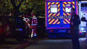Der Rettungsdienst steht am Einstzort, nachdem durch Schüsse bei einem Polizeieinsatz ein Mann gestorben ist.