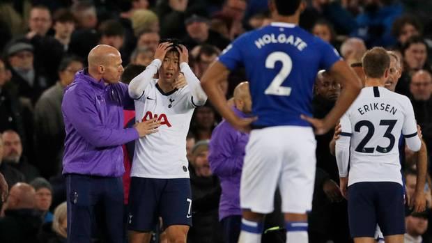 Heung-Min Son reagiert nach dem von ihm verursachten Foul beim Anblick von Gomes' Verletzung völlig entsetzt