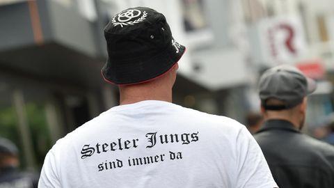 """Ein Teilnehmer einer rechten Kundgebung trägt ein T-Shirt mit der Aufschrift """"Steeler Jungs sind immer da"""". Die """"Steeler Jungs"""" marschierennach Art einer Bürgerwehr durch den Essener Stadtteil Steele. Der Verfassungsschutz hat die Gruppierung längst im Blick."""