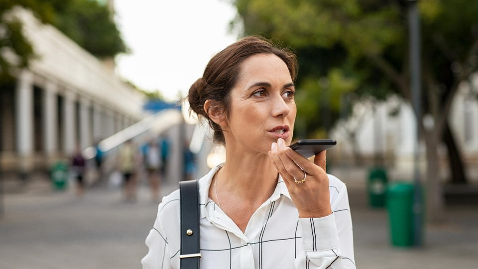 Frau spricht ins Telefon
