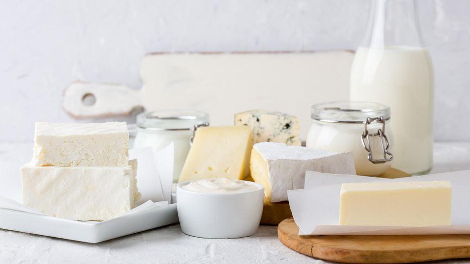 Milch, Milchprodukte und Käse  Vorsicht ist geboten bei Rohmilch und Käse aus Rohmilch, halbfestem Käse mit Blauschimmel wie Gorgonzola, weichen Käsesorten aus pasteurisierter Milch wie Limburger, Handkäse oder Tilsiter, eingelegtem Käse aus offenen Gefäßen wie Feta, Kräuterquarkoder Mozzarella und vorgefertigtem Reibekäse. Werden die Produkte vor dem Verzehr über 70 Grad Celsius erhitzt, können auch Risikogruppen (Immungeschächte und Schwangere) diese Lebensmittel ohne Probleme konsumieren.