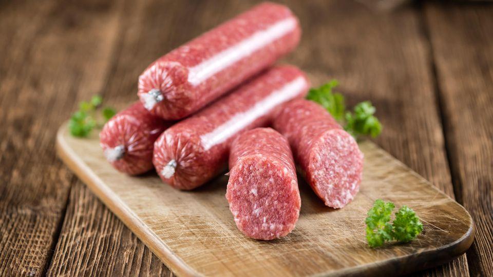 Fleisch, Geflügel und Erzeugnisse daraus  Anfällig für Keime ist rohes Fleisch wie frisches Mett, Tatar und Carpaccio und Rohwürste wie Mettwurst und Teewurst.