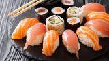 Fisch, Fischerzeugnisse und rohe Meerestiere  Carpaccio, Sashimi, Sushi und Austern sind häufiger kontaminiert als vergleichbare Lebensmittelgruppen. Auch geräucherte und gebeizte Fischerzeugnisse wie Räucherlachs und Graved Lachs sollten mit Vorsicht konsumiert werden, vor allem, wenn man zur Risikogruppe (Immungeschwächte und Schwangere) zählt.