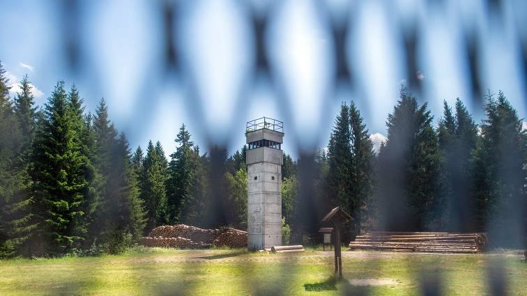 Sachsen-Anhalt, Sorge: Blick durch den alten Grenzzaun auf einen ehemaligen Wachturm im Grenzmuseum