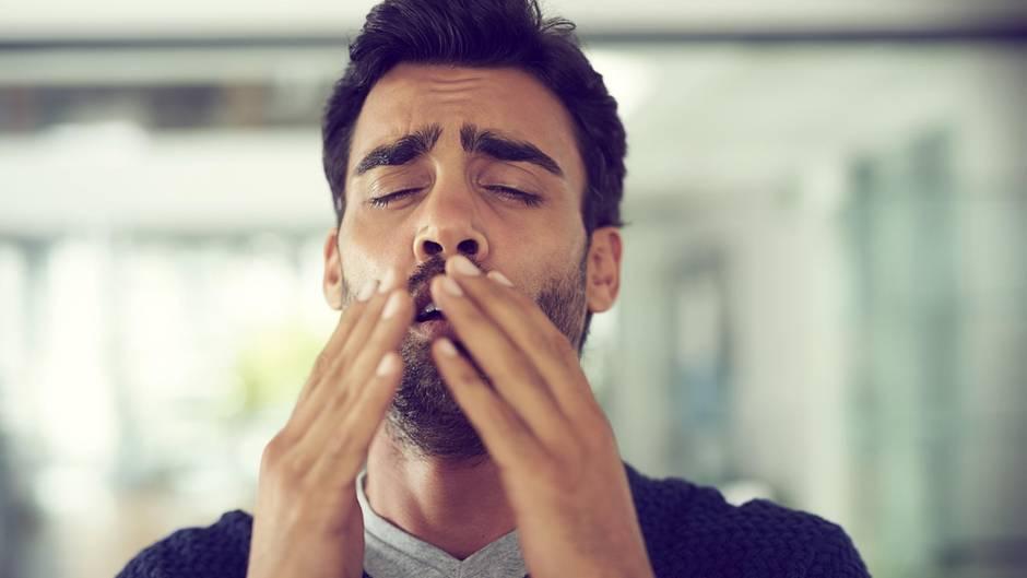Erkältung: Ein Mann niest in die Hand