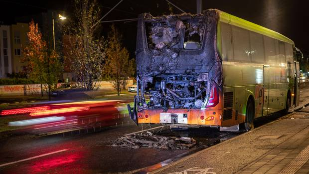 Ein Flixbus steht mit ausgebranntem Heck auf der Friedberger Landstraße im Nordosten der Stadt.